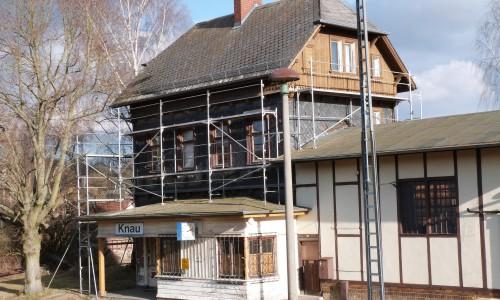 Das eingerüstete Bahnhofsgebäude in Knau.